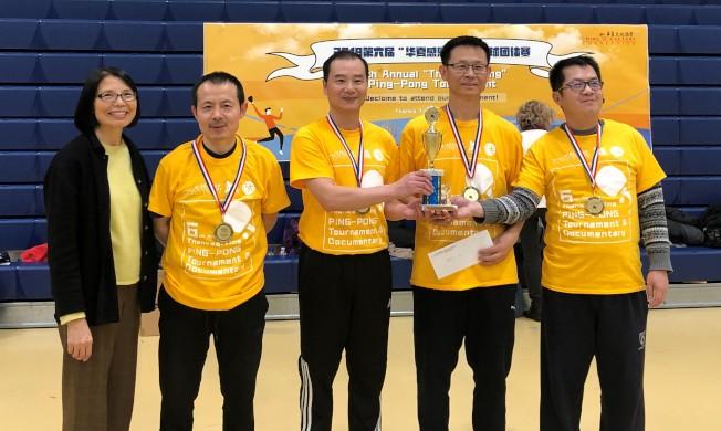 華夏文協主任洪梅(左)與成人A組冠軍CCCC/ CBCGB明日星聯隊員合影。(華夏文協提供)