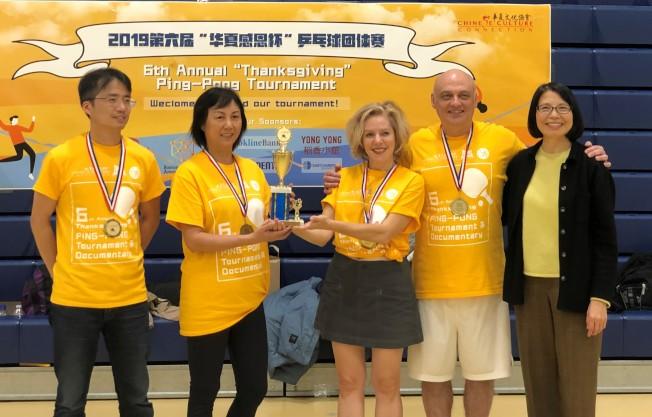 娛樂組冠軍隊First Responders接受頒獎。 (華夏文協提供)