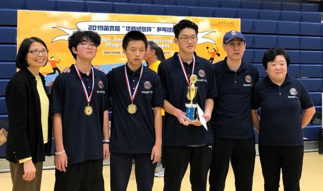 來自Mastiff 乒乓球俱樂部的「Smash」隊獲得學生組第一名。 (華夏文協提供)