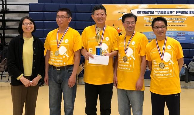 劍橋中國文化中心的4C老牛隊獲得老年組冠軍。 (華夏文協提供)