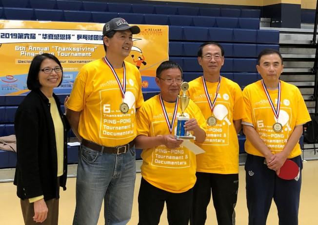 華夏文協主任洪梅(左)與成人B組冠軍CCCC/ CBCGB旋風聯隊隊員合影。(華夏文協提供)