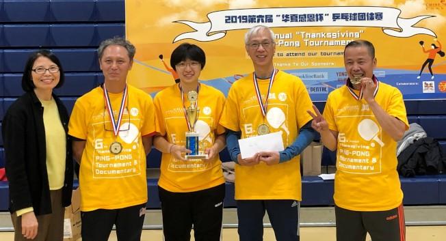 取得公開組冠軍的餐福隊隊員接受華夏文協主任洪梅(左)頒獎。 (華夏文協提供)