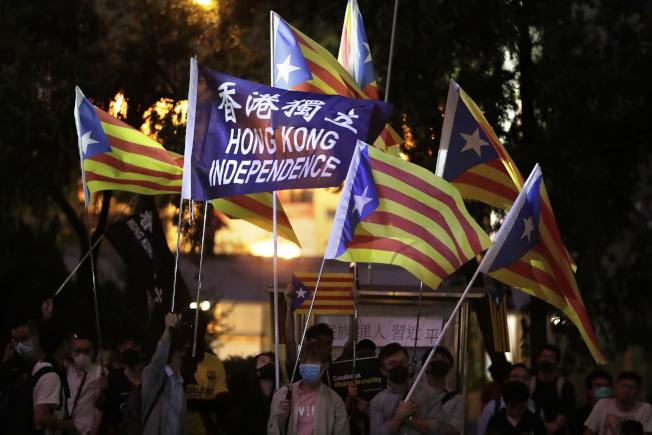 香港示威現場有民眾高舉「香港獨立」黑旗。美聯社