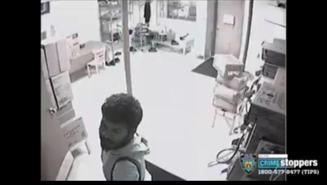 未上鎖餐廳後門遭入室盜竊,警緝一男嫌。(市警提供)