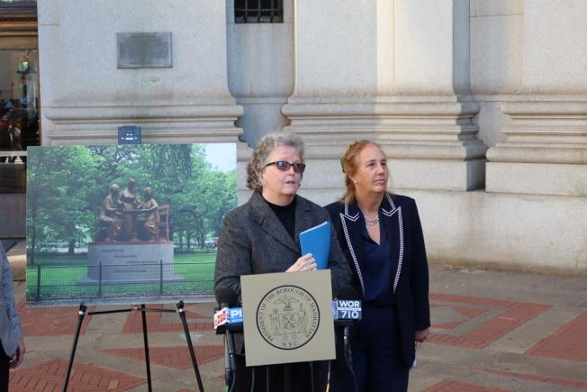 埃拉姆(講話者)與高步邇在下城召開設立雕塑記者會。(記者張晨/攝影)