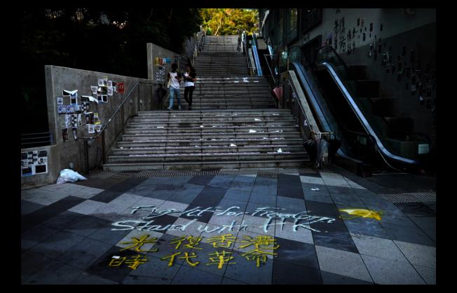 反送中抗爭者與警方上周在香港中文大學爆發激烈衝突,如今校園內仍殘留許多抗爭者塗鴉。(美聯社)