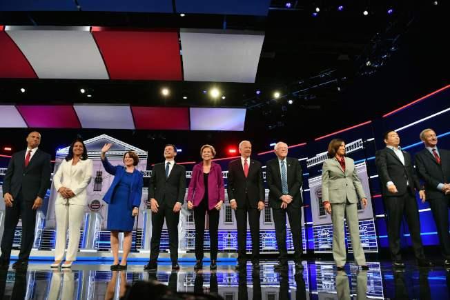 民主黨2020總統初選第五場政見辯論會20日在亞特蘭大市舉行,共有10位參選人出席。左起:布克、卡巴、卡布、朱塔布吉、華倫、白登、桑德斯、賀錦麗、楊安澤、Tom Steyer等。(Getty Images)
