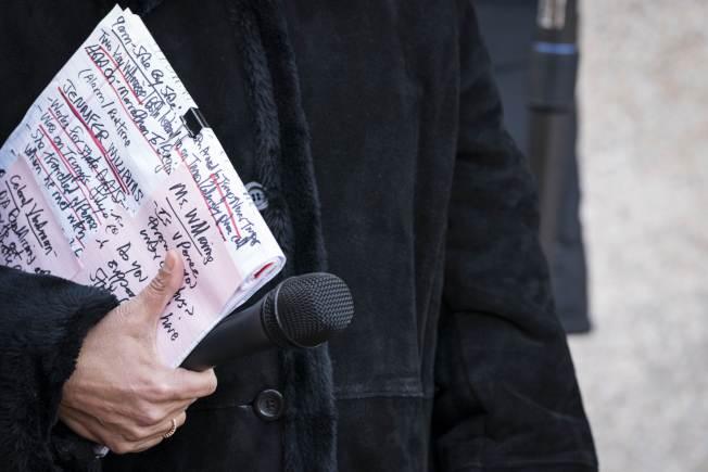 川普總統20日在白宮動身去德州前回答媒體有關彈劾調查事,他手中有重點提示字條,有備而來。(Getty Images)