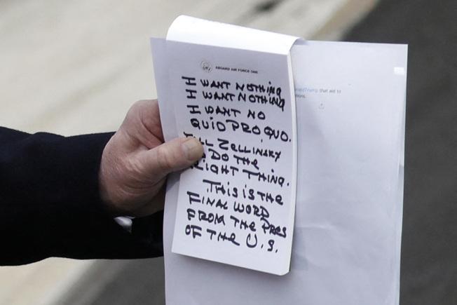 川普總統20日在德州奧斯汀參觀蘋果電腦工廠時,回答媒體國會彈劾他一事時表示完全沒有交換條件,他被媒體拍到手中備有說話重點提示。(美聯社)