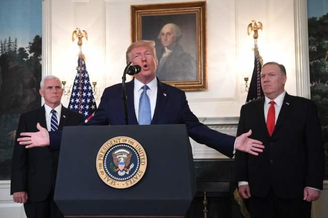 川普總統(中)、副總統潘斯(左)、國務卿龐培歐(右)。(Getty Images)