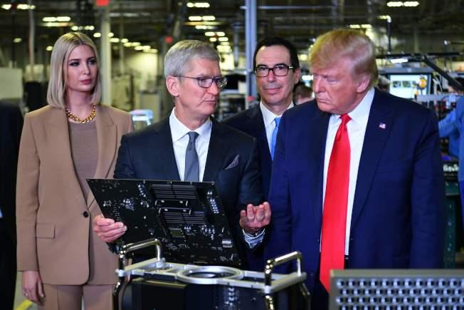 川普總統(右)參觀蘋果工廠。(Getty Images)