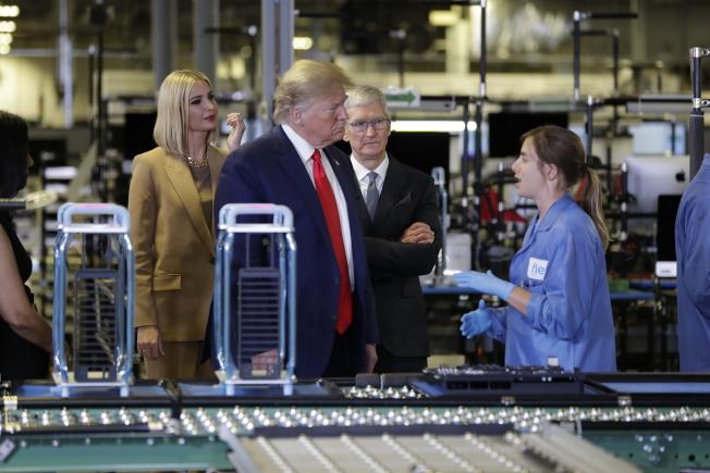 川普總統(左二)參觀蘋果工廠。(美聯社)