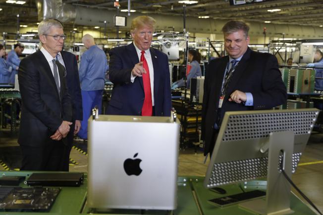 川普總統(右二)參觀蘋果工廠。(美聯社)