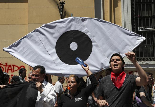 智利警方鎮暴時對民眾臉部發射鳥彈,導致200多名民眾單眼失明。(美聯社)