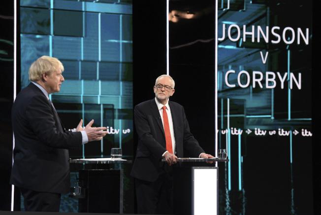 英國首相強生(左)與在野工黨領袖柯賓(右)舉行首場電視辯論。(美聯社)
