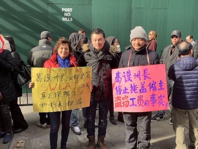 在華埠金豐大酒樓做企檯的郭秀雲(左)表示,遭遇拖欠工資的人可能因為不懂法律,也因為害怕丟掉工作而不敢出來爭取自己的權益。(記者和釗宇/攝影)