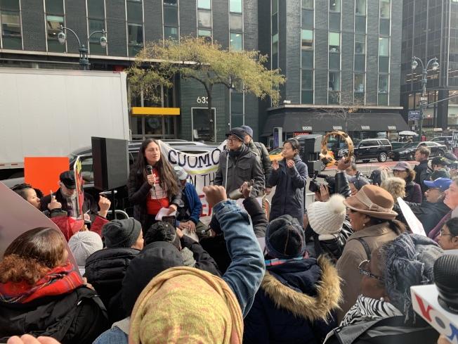 數十個勞工維權團體20日到州長葛謨在紐約市的辦公室前示威並發表公開信,敦促葛謨盡快簽署「防拖欠工資」法案。(記者和釗宇/攝影)