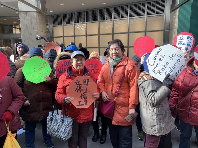 華裔護工鄧女士(左)和宋女士(右)稱每天工作24小時但只能拿到13個小時的工資。
