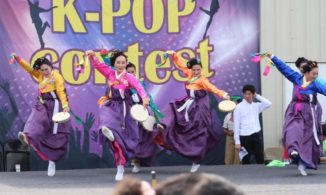 韓國節傳統舞蹈表演之一花鼓舞。(劉程驥提供)