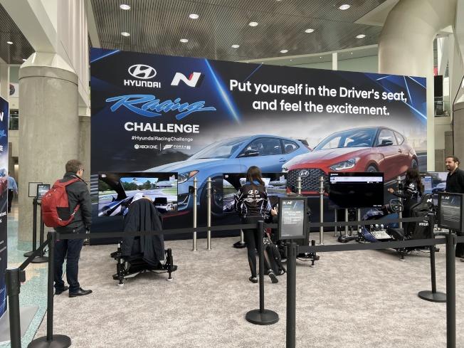 現代汽車在展覽會場提供民眾賽車體驗。(記者謝雨珊/攝影)