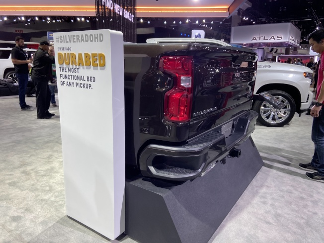 Chevrolet Silveradohd 卡車後車廂設有自動升降開關按鈕,方便搬運家具。(記者謝雨珊/攝影)