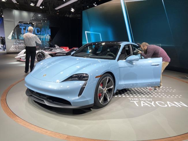 保時捷跑車推出全新電動轎車款Taycan 4S,在最理想的狀況下,可在22.5分鐘內將5%電量充到80%電量。(記者謝雨珊/攝影)