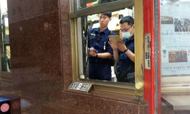 高雄鳳山發生母女封喉雙屍命案,警方正在大樓調閱相關出入影像。 (記者林保光/攝影)