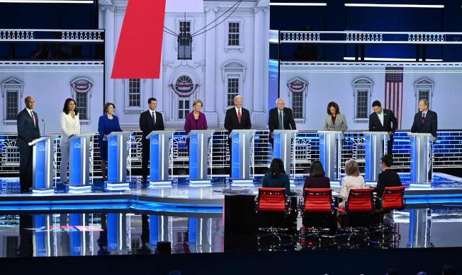 民主黨2020總統初選第五場政見辯論會20日在亞特蘭大市舉行,共有10位參選人出席。左起布克、蓋芭、柯洛布查、布塔朱吉、華倫、白登、桑德斯、賀錦麗、楊安澤、史泰爾。彭博雖沒參加,卻發布對付川普新招。(Getty Images)