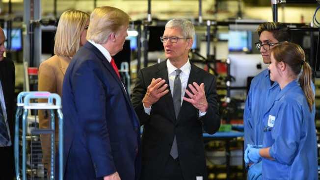 川普和庫克20日到德州奧斯汀,參觀一家蘋果Mac電腦工廠。圖為庫克向川普解釋工廠的情況,左一是第一女兒伊凡卡。(Getty Images)