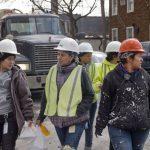 白男1年收入 拉美裔女性需工作23個月