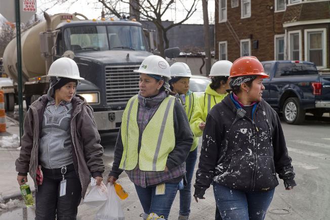 政府數據顯示,拉美裔女性需要工作大約23個月,才可賺到白人男性一年的收入。(美聯社)