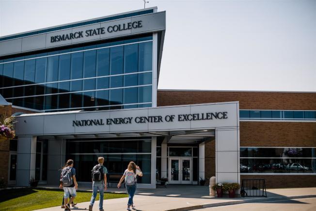 北達科塔州俾斯麥州立學院主修商業的畢業生第一年收入中位數為10萬500元,超過艾莫利大學等多所精英私立名校。(俾斯麥州立學院官網)