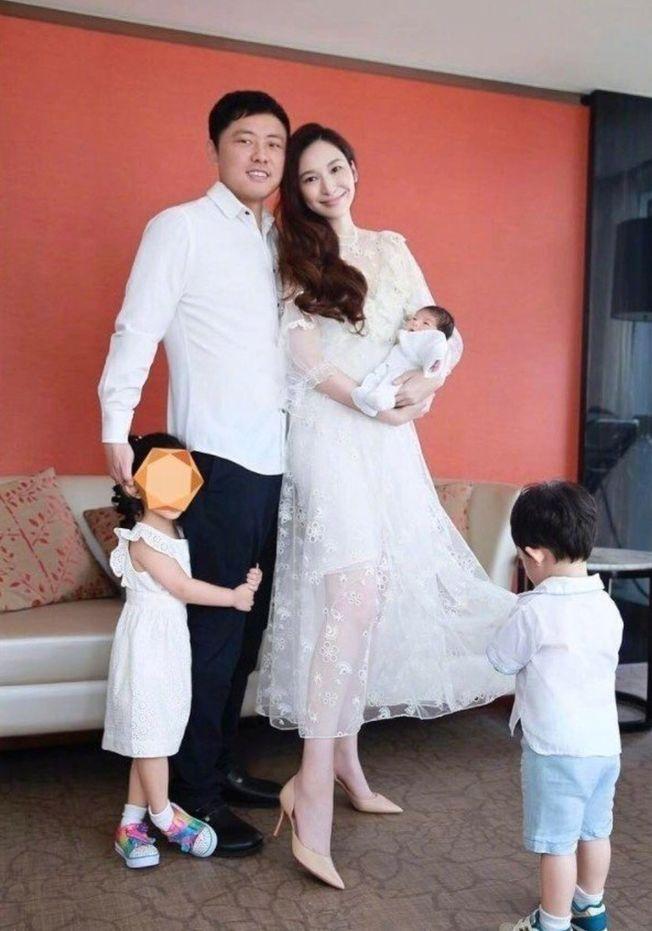 富商紀曉波(左二)傳欠債56億,連女友吳佩慈(右二)的豪宅也被抵押。(取材自Instagram)