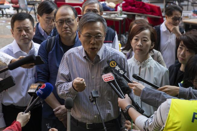 理工大學校長滕錦光20日下午再次呼籲留在校園的示威者盡快離開,強調離開校園的過程是安全、和平、公平。(美聯社)