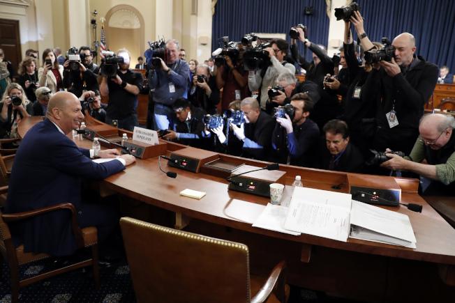 駐歐盟大使桑德蘭是20日國會彈劾聽證的「明星」證人,吸引大批媒體圍繞。(美聯社)