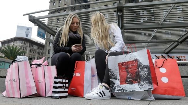 舊金山聯合廣場上的兩名購物者。(Getty Images)