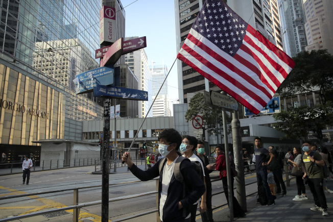 香港反送中抗爭愈演愈烈,美國眾議院送交「香港人權與民主法案」等兩法案至白宮,待總統川普簽署。  美聯社
