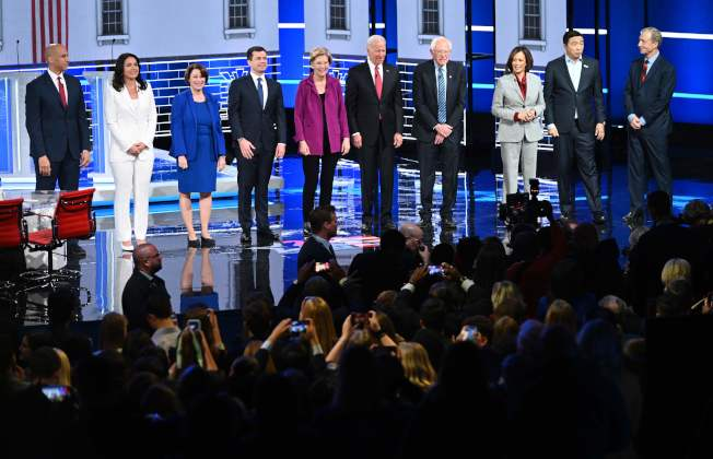 圖為先前在亞特蘭大舉行的民主黨總統候選人第五場辯論。(Getty Images)