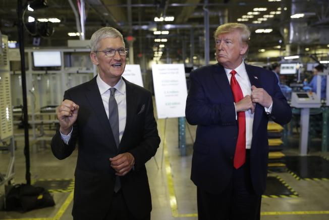 川普21日到德州奧斯汀的蘋果工廠參觀,與蘋果執行長庫克共同召開新聞發布會。(美聯社)