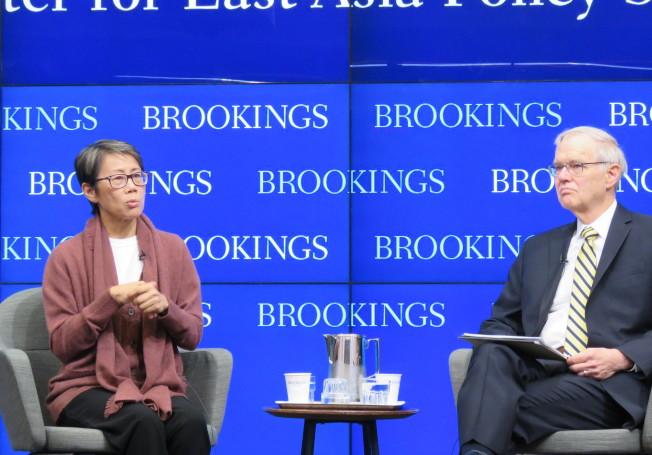 美國華府智庫「布魯金斯研究院」21日舉行談論香港未來的研討會,由美國在台協會前理事主席卜睿哲(右)主持,香港環境局前副局長陸恭蕙主講。華盛頓記者張加/攝影