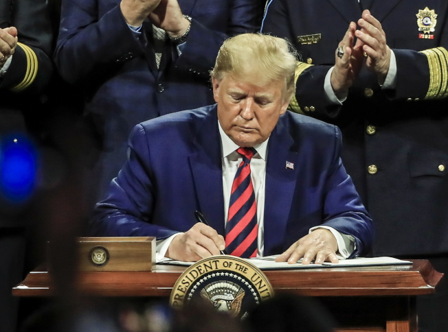 川普簽署短期支出法案,讓聯邦政府在12月20日前可繼續運作。 歐新社
