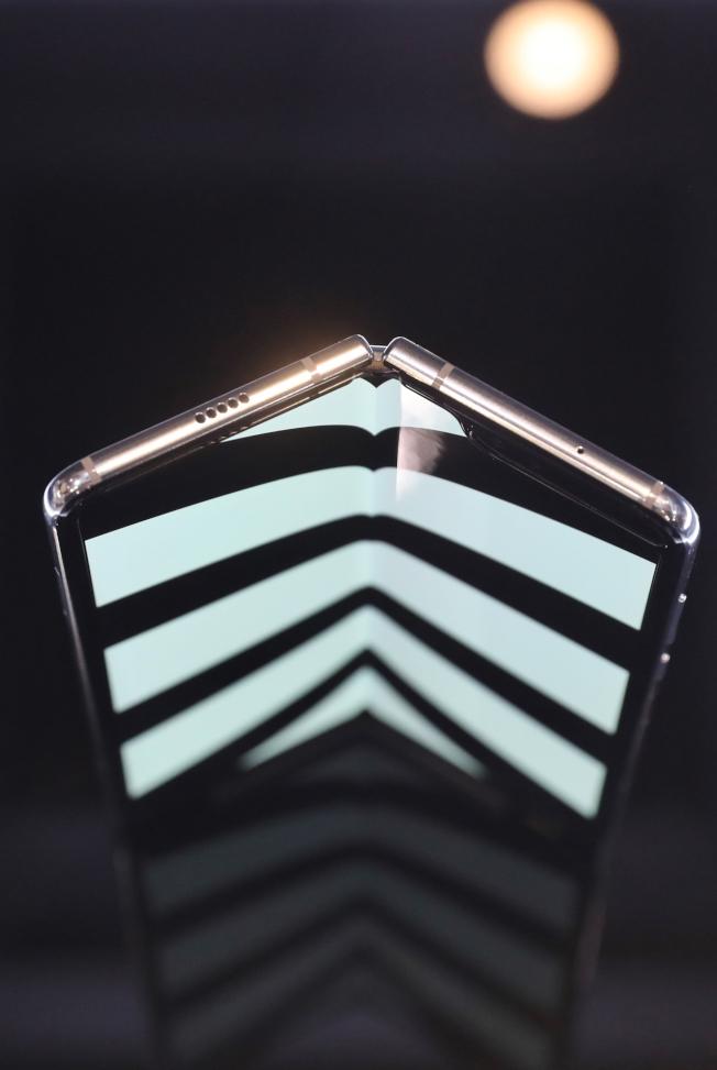 三星摺疊手機Galaxy Fold螢幕可凹折。 (中新社)