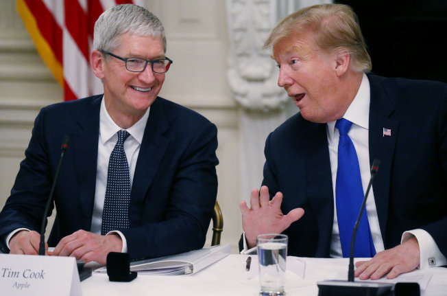 川普與庫克共進晚餐,稱讚蘋果在美國砸大錢投資。圖為兩人在3月記者會上檔案照。 (路透)