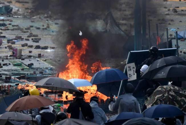 11月17日,在香港理工大學外,抗爭者和警方對峙。新華社