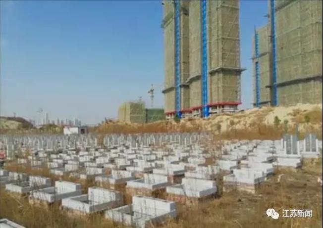 建案周圍一格一格的,竟然是一片墓地。(取材自江蘇新聞)