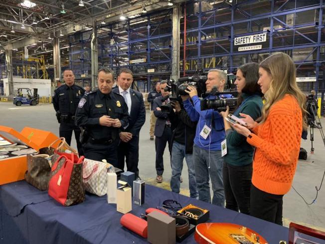 為防止民眾在節日季購買假貨,海關與邊境保護局和國土安全調查處提醒消費者如何避免購買仿冒品。(記者牟蘭/攝影)