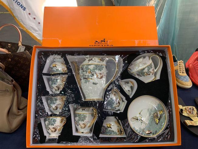 仿冒的Hermes瓷器從中國寄送至紐約。(記者牟蘭/攝影)