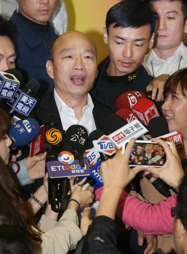 面對民進黨不斷質疑房產,國民黨總統參選人韓國瑜(中)21日回應,選舉選到這種程度,非常無聊。(記者林俊良/攝影)