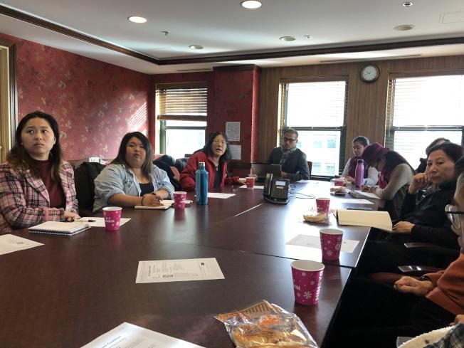 波士頓麻州大學亞裔研究所研究員Carolyn Wong(左三)和BCNC執行主任李隆華(左四)在華埠社區會議上介紹亞裔賭博問題研究報告。(記者劉晨懿之/攝影)
