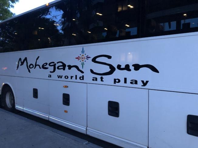 華埠受訪者在亞裔賭博研究報告中談到,賭場免費巴士是吸引華人前往的因素之一。(記者劉晨懿之╱攝影)